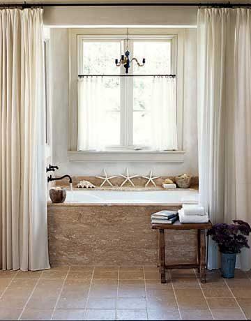 Neutral bathroom with chandelier | Umami Girl
